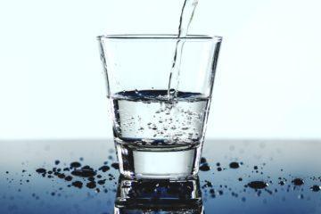 Photo d'un verre d'eau entrain de se remplir