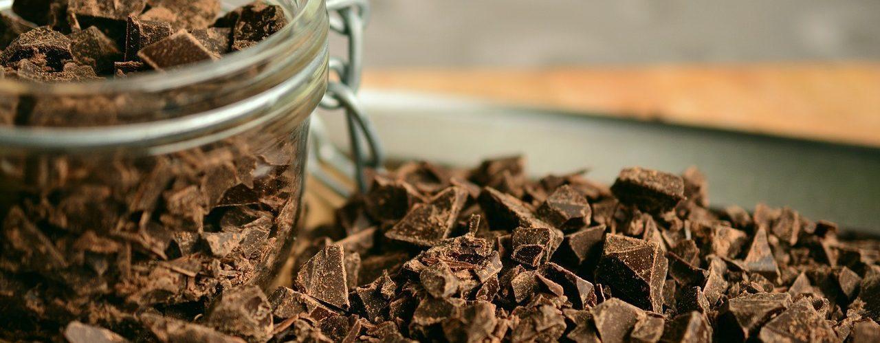 Photo de copeaux de chocolat noir pour la cuisine.