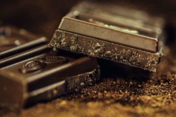 Photot représentant 2 carreaux de chocolat noir