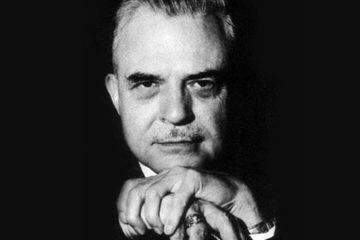 Photo en noir et blanc de Mmilton Erickson, il se trouve au milieu de l'image avec son regard observateur