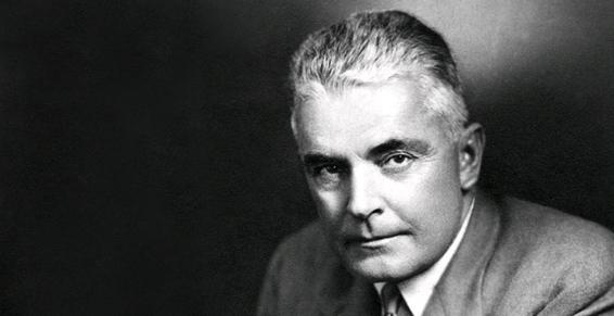 Photo en noir et blanc de Mmilton Erickson, il se trouve sur la droite d'image avec son regard perçant