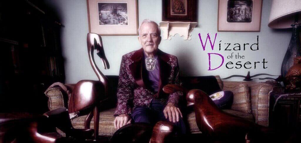 Photo de Milton Erickson dans son salon a l'origine du film wiazrd of the desert, Milton est dans son salon entouré de ses statues de bois et de fer amérindienne