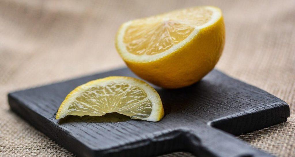 Photo d'un demi citron posé sur une planche à découper