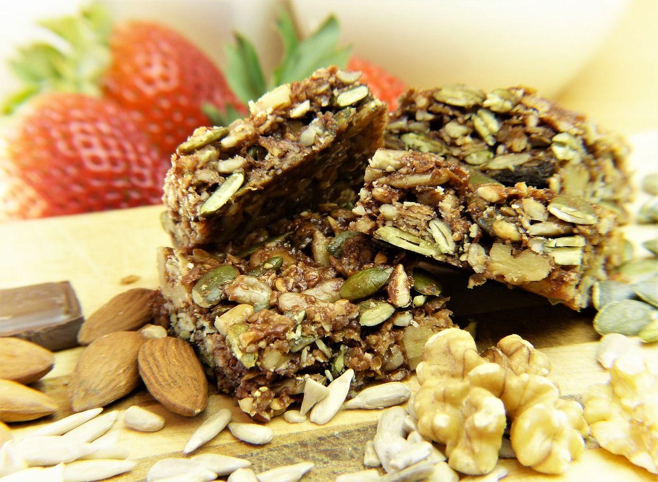 Photo de succulente barres de céréales remplie de graines de courge de lin de noix d'amande et surement du miel pour faire tenir le tout