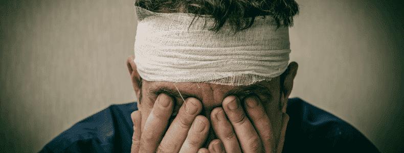 Photo d'un homme après un accident qui semble désorienté et attristé