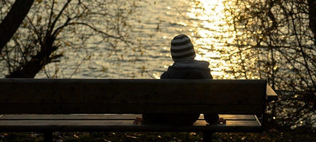 Photo d'un garçon isolé assis sur un banc