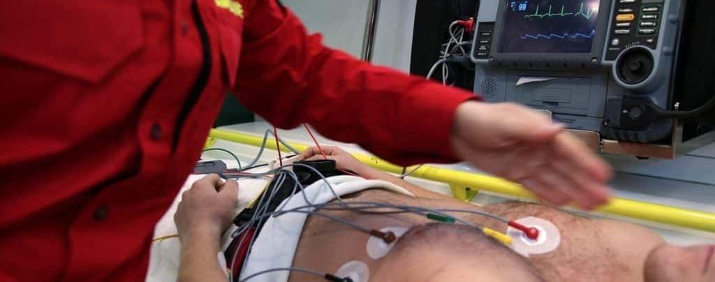 Photo d'une intervention des secours dans une ambulance réalisant un electro-cardiogramme souvent source de traumatismes
