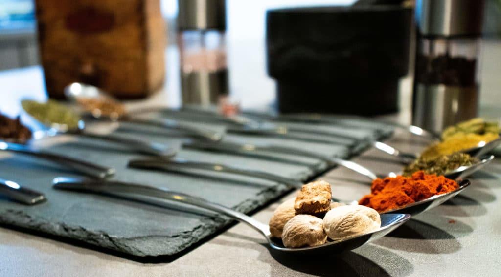 Photo prise par Thomas Hartman Naturopathe montrant des épices dans des cuillères