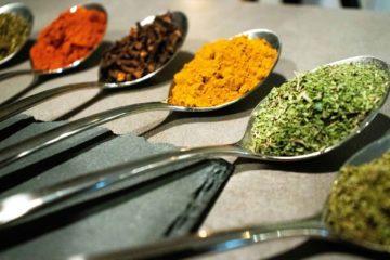 Photo prise par thomas Hartmann naturopathe et hypnothérapeute montrant des épices et aromates placé dans des cuillère en éventail