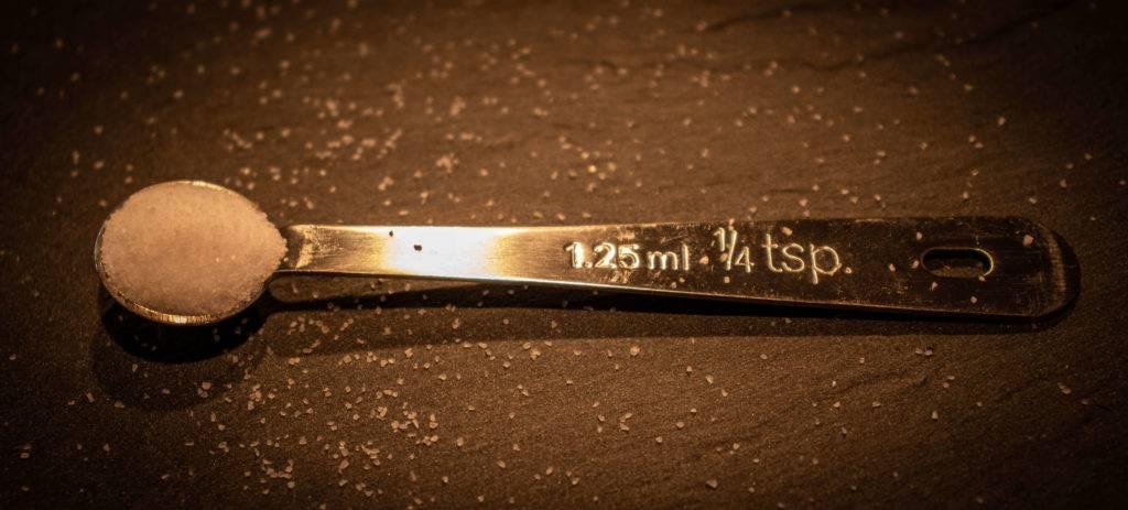 Phtoto de Thomas Hartmann naturopathe et hypnothérapeute montrant une cuillère dosette de 1.25ml ou 1/4 tsp remplie de sodium, ce qui équivaut à la dose journalière à ne pas dépasser.