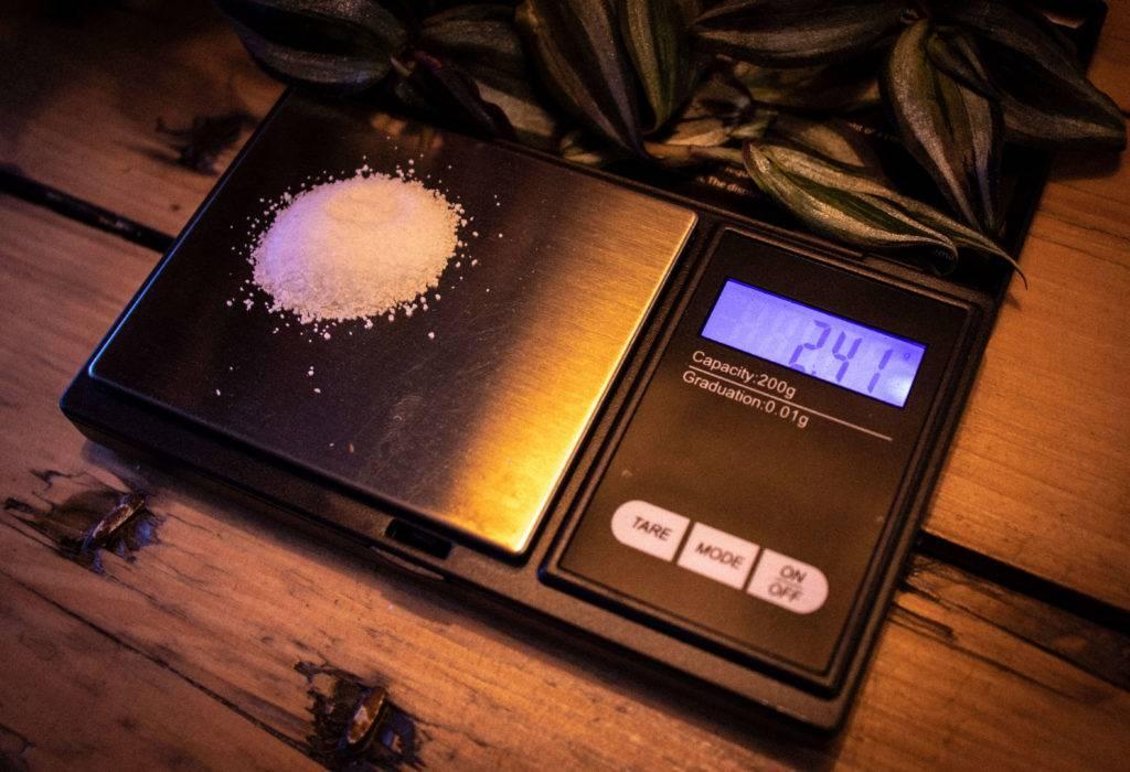 Photo de Thomas Hartmann de 2.4g de sodium sur une balance de précision