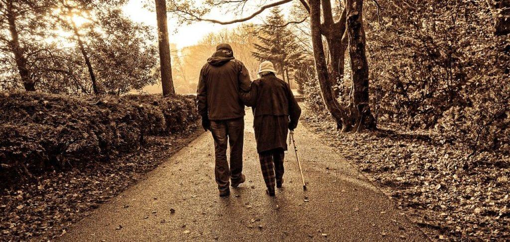 Personne âgée se balladant au bras de quelqu'un