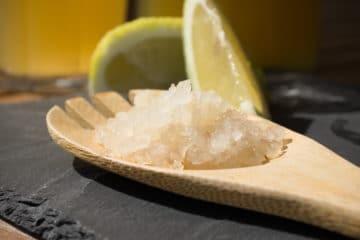 Photo de grains de kéfir avec un arrière plan la boisson fermentée aux multiples vertus.