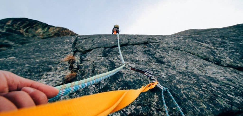 Vous aimeriez faire de l'escalade, ou tout simplement monter une échelle pour devenir pompier ? L'hypnose Ericksonienne peut vous aider.Photo d'une personne réalisant l'ascension d'une paroi naturelle.