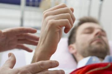 l'image illustre une personne un détresse et surement en souffrance physique ou émotionnelle apaisé par l'hypnose