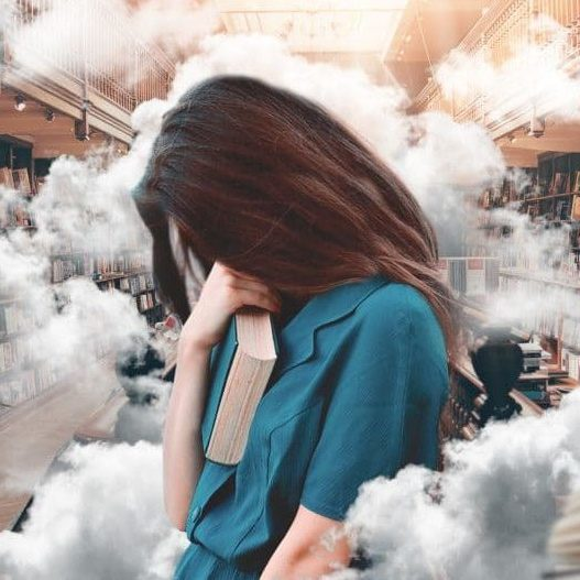 Photo d'une étudiante stressée dans une bibliothèque