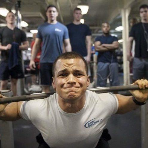 Photo d'un homme qui fait de la musculation, un sport générateur de stress physique important