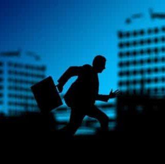 image d'un homme stressé qui cours au travail sur un fond bleu