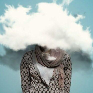 Photo d'une personne de face avec un nuage devant le visage l'empêchant d'y voir clair métaphore d'un manque de conscience.