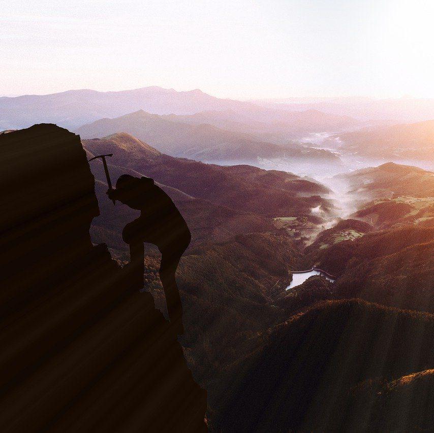 photo d'une personne gravissant une montagne à l'aide d'un piolet