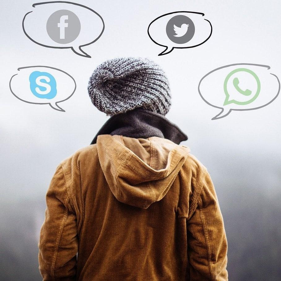 photo d'une personne pouvant se connecter aux réseaux de séances à distance (skype, messenger,etc...)